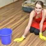 フローリングの床を拭く女性