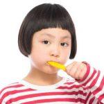 歯を磨いて口臭を抑えている少女