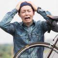 自転車のタイヤがパンクして叫ぶ男