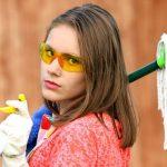 モップと洗剤を持って掃除に向かう外国の少女