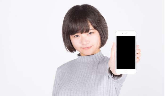 オススメの格安スマホ・格安SIMを見せる女性