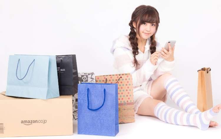 Amazon(アマゾン)で買い物する女性