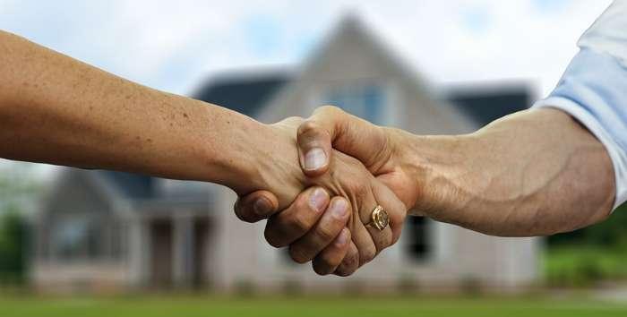 家の前で握手