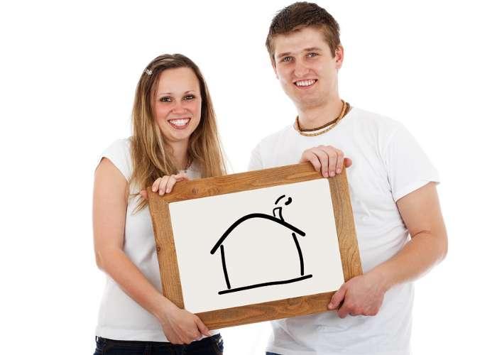 家の絵を持っている男性と女性