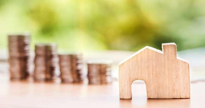 家の模型とコイン