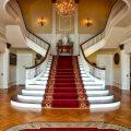 豪邸のエントランスと階段