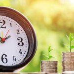 時計とコインから生える草