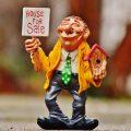 家を売るおじさん人形