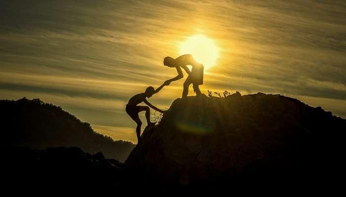 山を登る人を助ける人