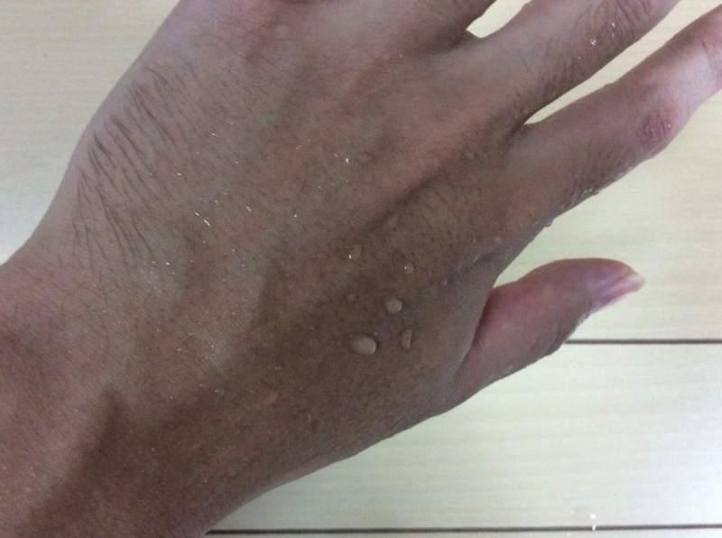 ノアンデを塗った手を水に濡らした状態