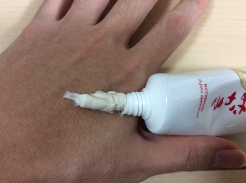 マイケアなたまめ歯みがきを手の甲に出した状態