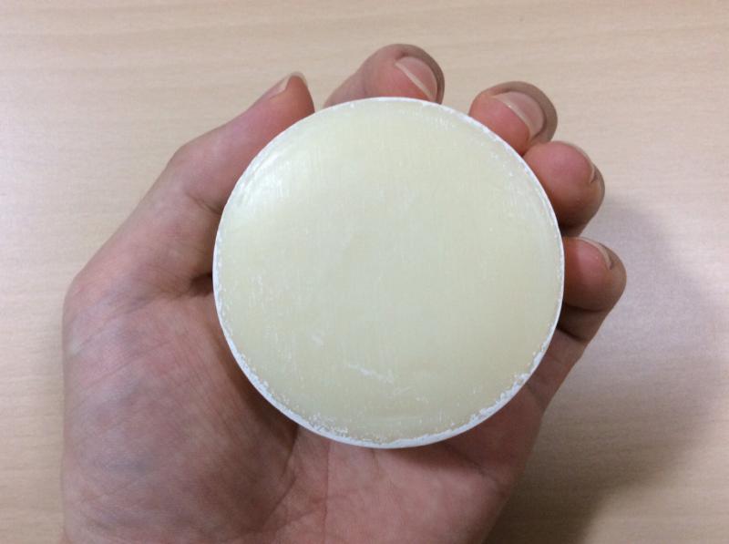 #肌をメイクする石鹸(IYASAKAうるはだソープ)を手に持った状態