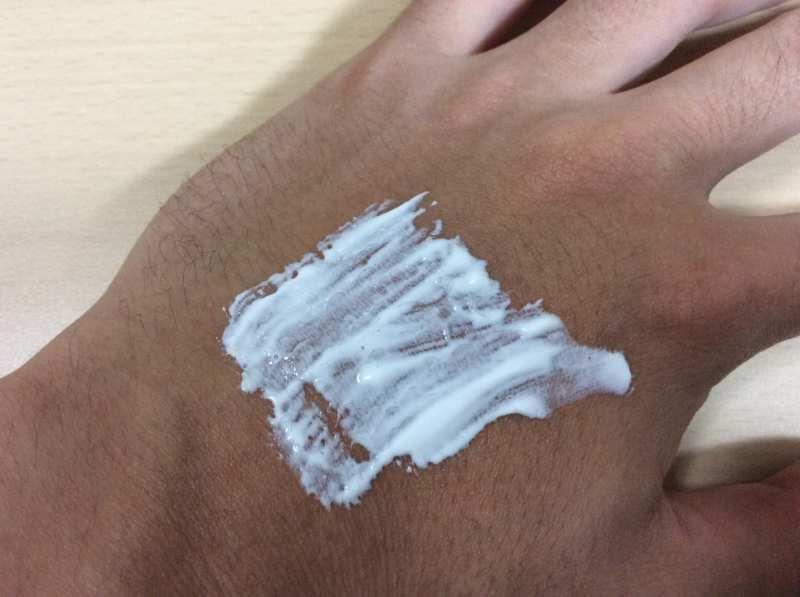 薬用オーラパールを手の甲に塗った状態
