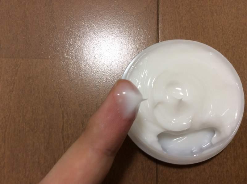 薬用シーアプライを指に塗った状態