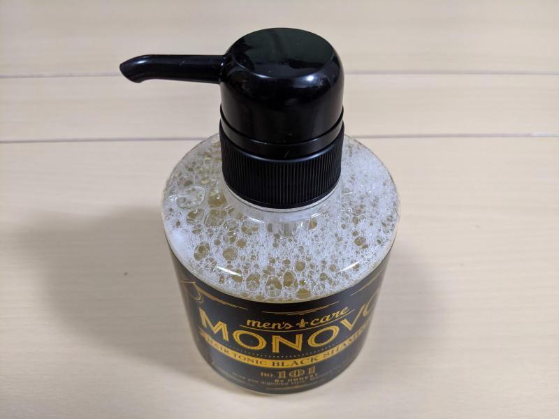 MONOVOヘアトニックブラックシャンプーを立てた状態