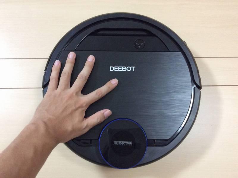 エコバックスロボット掃除機「DEEBOT OZMO 930(ディーボット オズモ 930)」の大きさを手と比較した写真