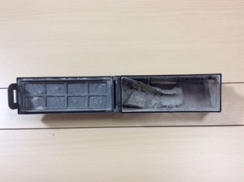 モップ装着時のエコバックスロボット掃除機「DEEBOT OZMO 930(ディーボット オズモ 930)」の清掃後のダストボックス