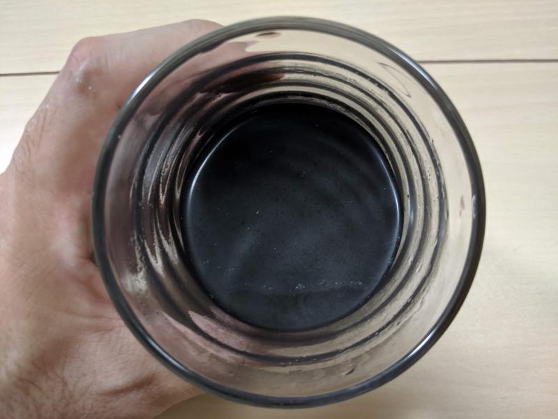 ビークレンズを水に溶かしてコップに入れた状態