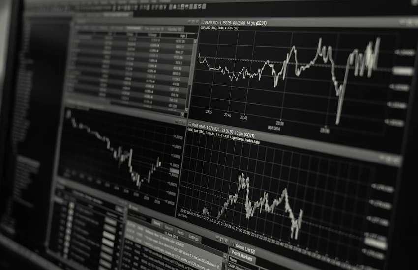 株価チャートを映し出したモニターの画面の写真