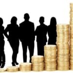 グラフ型に積み上げれたコインと並ぶビジネスマンの影