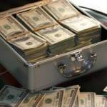 ドル紙幣の束が詰め込まれたアタッシュケース
