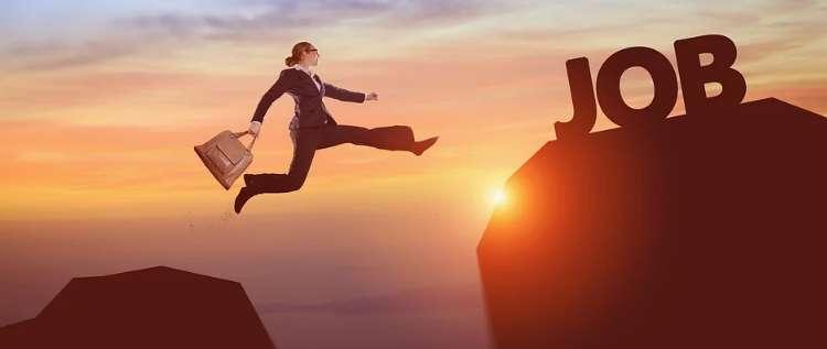 崖を飛び越えて仕事を掴むビジネスマン