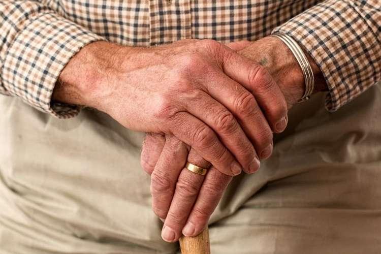 杖を持った老人の手