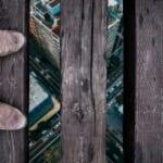 吊り橋を渡る足元と街