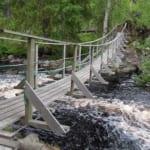 濁流の川に架かった吊り橋