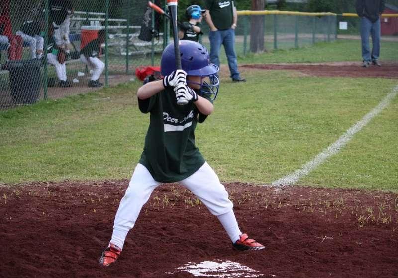 バッターボックスに立って絶好球を待ち構えるチャンスを逃さない野球少年