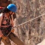 命綱を握って崖を降りる安全第一の登山家