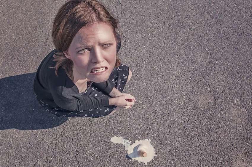 アイスクリームを落として絶望する女性