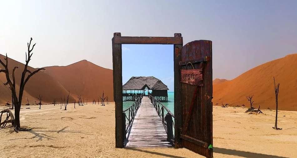 砂漠の中にある南の島へと続く扉