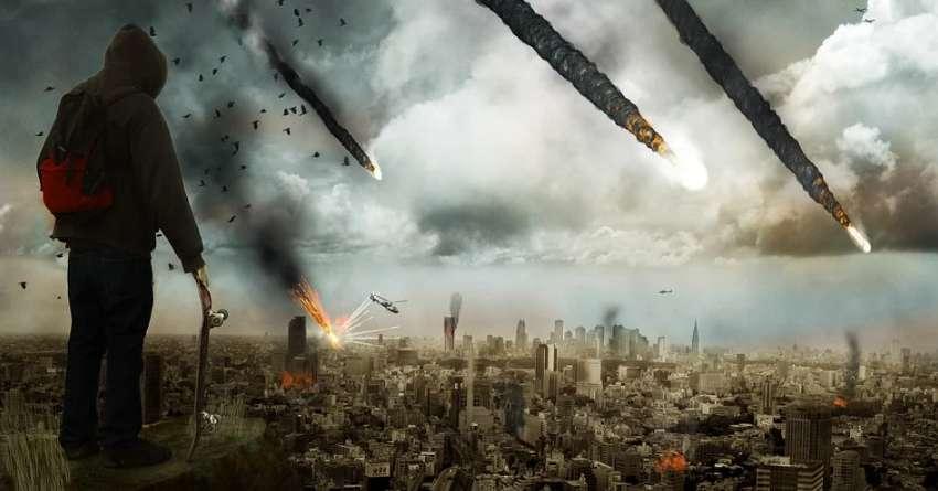 隕石が落ちて町が燃える終末論的世界を見ている男性